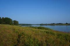 Surface douce silencieuse de l'eau en rivière Photographie stock libre de droits