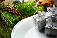 Surface en bois de pins de cadeaux d'argent de plat de Noël de plan rapproché Photos libres de droits