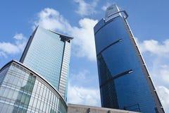 Surface en verre des gratte-ciel contre un ciel bleu, Changhaï, Chine Images libres de droits