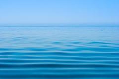 Surface et horizon de l'eau de mer encore calme ou d'océan Photographie stock