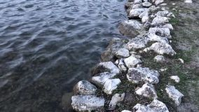 Surface et roches de lac banque de vidéos