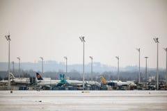 Surface le mouvement dans l'aéroport de Munich, horaire d'hiver Photo stock
