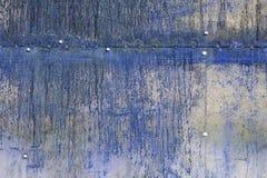 Surface métallique bleue rayée et rouillée Images libres de droits
