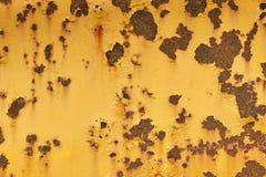 Surface métallique jaune superficielle par les agents avec des taches de rouille Photo libre de droits