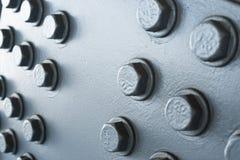 Surface métallique peinte par gris avec les têtes de boulon hexagonales Image libre de droits