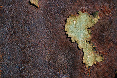 Surface métallique rouillée avec la peinture verte criquée, texture rouillée abstraite en métal, fond rouillé en métal, corrosion images stock
