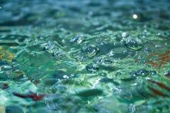 surface vatten för guld- krusningar Arkivfoton