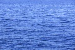 surface vatten för guld- krusningar Fotografering för Bildbyråer