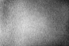 Surface vide brillante en m?tal argent?, fond m?tallique brillant monochrome, fin noire et blanche balay?e de contexte de feuille photo libre de droits
