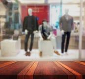 Surface vide de table avec le blackground brouillé pour l'affichage de produit Photographie stock libre de droits