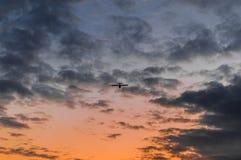 Surfacez à l'air et au ciel de coucher du soleil à l'arrière-plan Photo stock