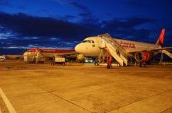 Surfacez garé dans l'aéroport pour l'entretien et réapprovisionnez en combustible Photos stock