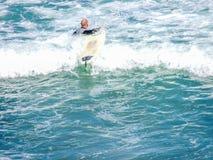 Surfando em Maukatia Maori Bay e em praia de Muriwai, Auckland, Nova Zelândia imagens de stock royalty free