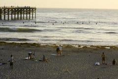 Surfando na praia pacífica em San Diego, CA Fotografia de Stock Royalty Free