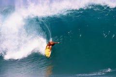 Surfando o encanamento em Havaí Foto de Stock