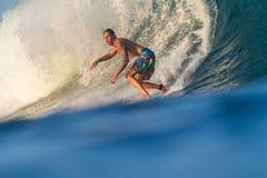 Surfando uma onda. Fotos de Stock Royalty Free