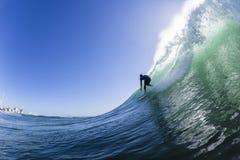 Surfar cinzelando a foto da água da onda Imagem de Stock