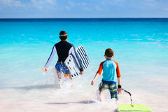 Surfar do pai e do filho Fotos de Stock