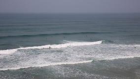 Surfar em Cornualha norte na costa córnico de Porthtowan video estoque