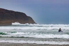 Surfar em Long Beach perto de Tofino Foto de Stock