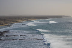 Surfar em ondas fortes na praia surfando no EL Cotillo Fuert Imagem de Stock Royalty Free