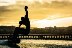 Surfar em uma fonte Fotografia de Stock Royalty Free