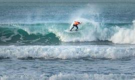 Surfar extremo, praia de Fistral, Newquay, Cornualha foto de stock