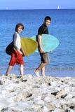 Surfar indo Imagens de Stock