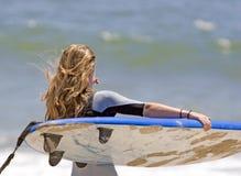 Surfar indo da menina adolescente Fotografia de Stock