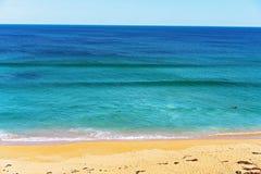 Surfar na praia Austrália de Logan imagens de stock royalty free