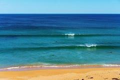 Surfar na praia Austr?lia de Logan foto de stock