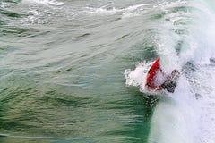 Surfar Ondas de montada Um surfista anidentified trava uma onda fotos de stock royalty free