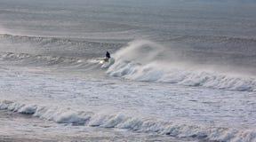 Surfar upp Arkivfoton