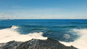 Surfare för flyg- sikt på vågorna Siargao Filippinerna oklarhet 9 lager videofilmer