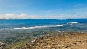 Surfare för flyg- sikt på vågorna Siargao Filippinerna oklarhet 9 arkivfilmer