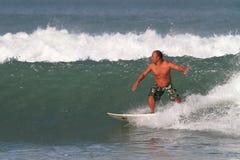 Surfare i Bali Arkivfoto