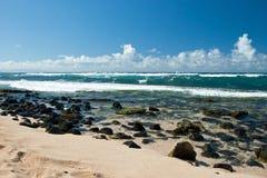 Surfare i blåsväder på den Maui ön Arkivfoto