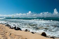 Surfare i blåsväder på den Maui ön Royaltyfri Bild