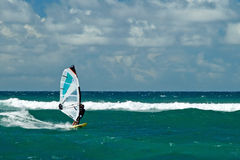 Surfare i blåsväder på den Maui ön Royaltyfri Fotografi