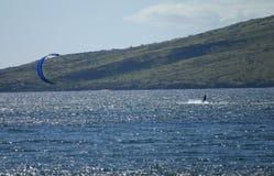 Surfare i den Maalaea fjärden på Maui Arkivfoto
