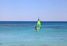 Surfare i Kretaön, Grekland royaltyfria bilder
