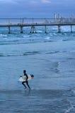 Surfare i surfareparadiset Queensland Australien Royaltyfri Fotografi