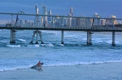 Surfare i surfareparadiset Queensland Australien Royaltyfria Bilder