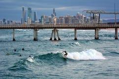 Surfare i surfareparadiset Queensland Australien Arkivfoto
