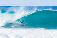 Surfare Kelly Slater Surfing Pipeline i Hawaii Royaltyfri Bild