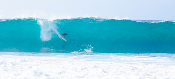 Surfare Kelly Slater Surfing Pipeline i Hawaii Arkivbilder