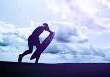 Surfare med ett bräde kalla färger fotografering för bildbyråer