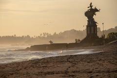 Surfare och folk på Echo Beach i Canggu Bali Indonesien i sol royaltyfri bild