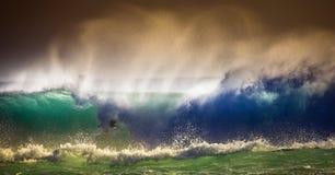 Surfare på blå havvåg i Bali Royaltyfri Bild