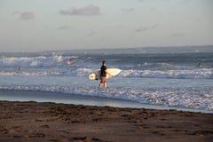 Surfare på Cannggu Echo Beach i Bali Indonesien arkivfoto